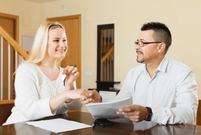 איש ואישה עם מסמכים