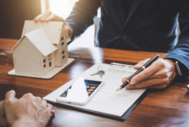 בנקאי נותן משכנתא ללקוח