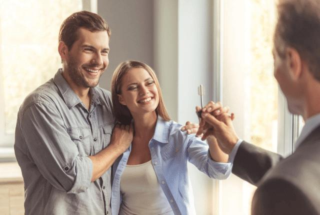 זוג מקבל מפתח לדירה