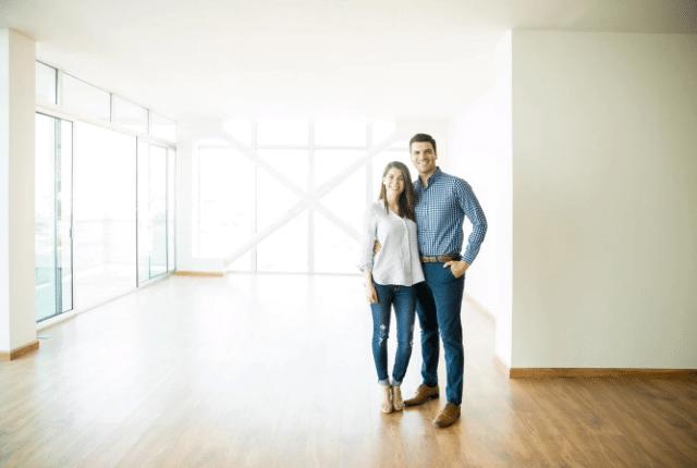 זוג בתוך דירה