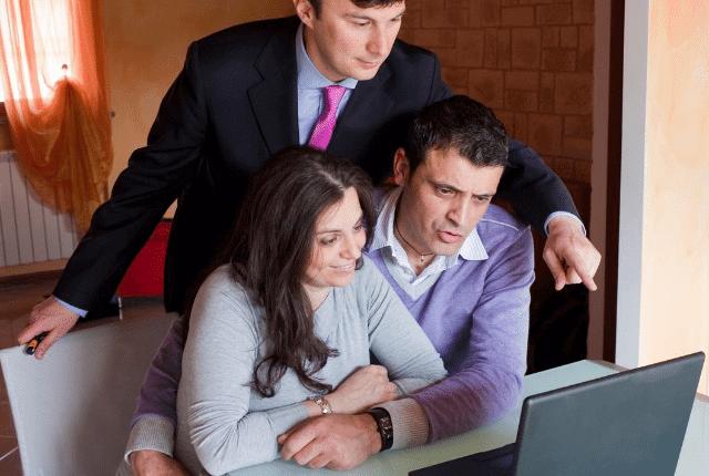 איש מראה לזוג במחשב