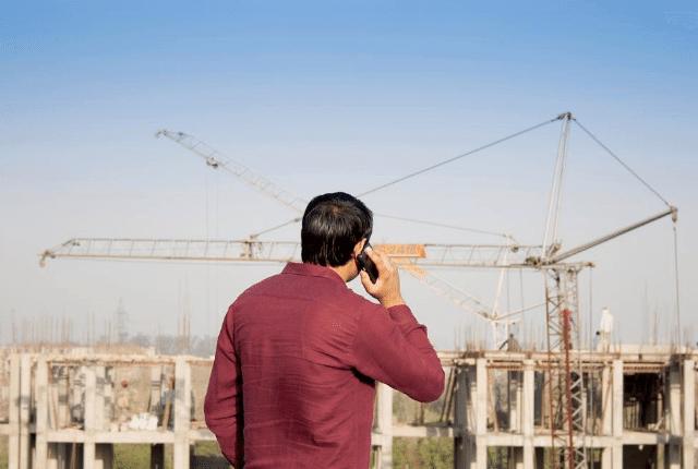 אדם מול אתר בנייה