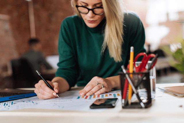 אישה כותבת בעט