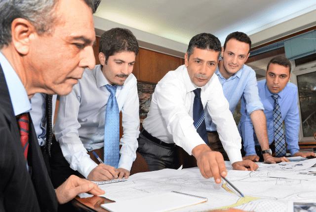 אנשים במשרד עם עניבות מסתכלים על תכנית
