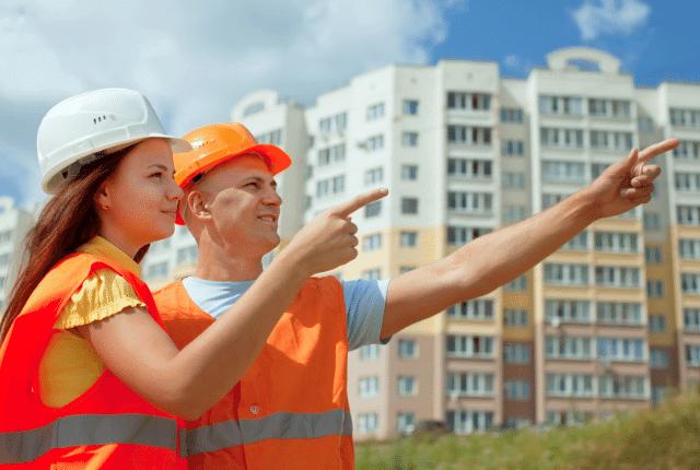 איש ואישה מסתכלים ומצביעים על בניין